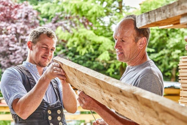 Hansi und Hans Wolfenstetter bei der Arbeit in Reit im Winkl