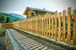 Holzzaun in Reit im Winkl, Referenz Projekt - Holzeingang eines Familienhauses in Reit im Winkl - Holzbau Alpin Zimmerei und Innenausbau
