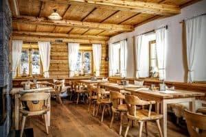 Gaststube wie aus dem Paradies - Holzbau Alpin Zimmerei und Innenausbau